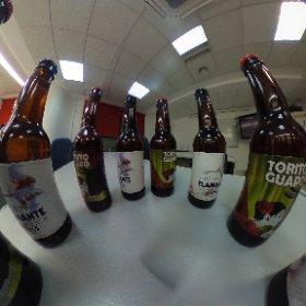 Rodeado de cervezas gigantes