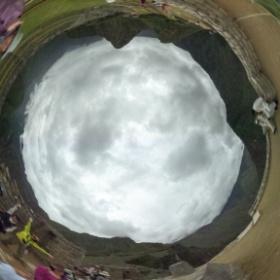 マチュピチュ遺跡「インティワタナ」(日時計)角は東西南北を正確に現している。南にワイナピチュ山・北にマチュピチュ山(頭に雲がかかっている山) #theta360