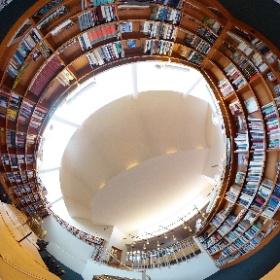 セイナヨキ図書館 半地下+増築棟へのエントランス