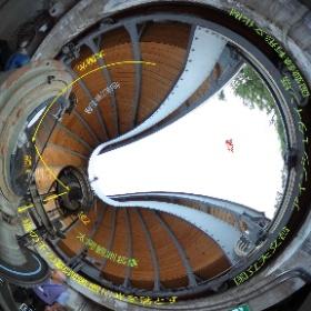 国立天文台(東京都三鷹市)の国立天文台にあるアインシュタイン塔の太陽観測装置 2枚の鏡を使って塔の下に光を導き、分光観測を行います。 (現在は使われていません)