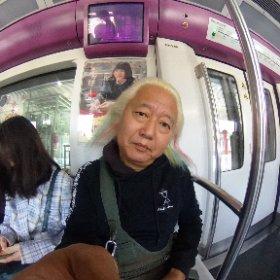 地下鉄乗ってリハスタへ〜 乗った途端に若者に席を譲られた!(◎_◎;) ど、どうもありがとう・・・60歳老人、ありがたく座らせてもらうよ・・・