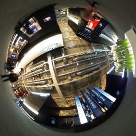 スイスのバーゼルで開催されている、時計と宝飾品の世界的見本市「バーゼルワールド2017」が、3月23日から3月30日まで開催されています。一足先にプレス向けに公開された会場の様子をご紹介します。    この画像は、メインの建物「Hall 1」の2階に位置するHall 1.1の日本メーカーのブース付近です。