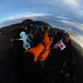長い登りの後で、雲海の上にある富士山の頂上でミクと一緒に立って日の出を見る #富士山 #mtfuji #登山 #climbing #miku360 #theta360