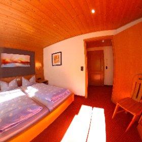 Zweiraumferienwohnung Nr. 13. Zu sehen das Schlafzimmer mit eigenen Balkon