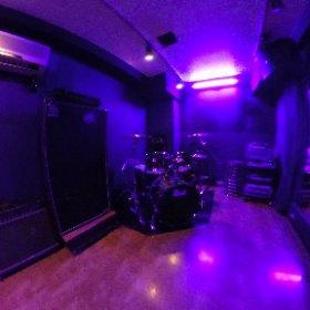 【#スタジオ紹介】 13畳のB2stです!ブラックライト常設で普段と違う雰囲気でリハーサルしませんか?カーテンで鏡の音の反射を抑えられるのでRecにもおすすめ!