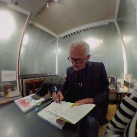 Portrait 360• de Beb-deum dédicaçant Mondiale[TM] au clowne de Stig, tandis que Damasio discute avec ses lecteurs devant les rayons chargés de livres mystérieux et excitants, à la librairie Le Monte-en-l'air ✨💛✨ #theta360 #theta360fr