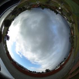 本日のキャンプ場!ニュージーランドの南島の西側は本当に天気が安定しない。。。ドス黒い雲と青空。
