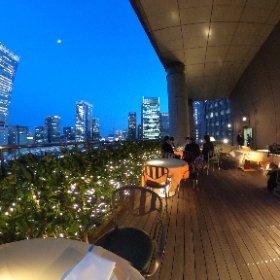 東京駅を見下ろす丸ノ内ホテル8階テラスで開催されている「アーバンビアテラス」。東京駅周辺のビル群、そして広い空。日没前に訪れれば、刻々と変化する風景を堪能できます。 #theta360