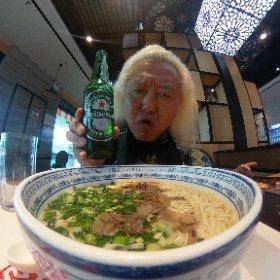 武漢空港でビールと牛肉麺!!