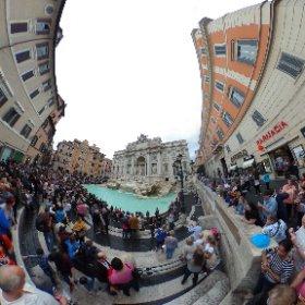 Hoy Roma bajo la lluvia, aquí os dejo la Fontana de Trevi. #pullmantur #sovereing #roma #fontana #trevi #theta360