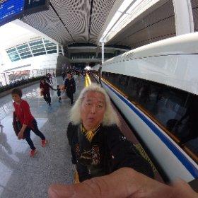 福建省アモイをあとにして江西省赣州(Gan4Zhou1)まで高速鉄道4時間の移動日〜 中国の鉄道は発車直前までホームに入れないし、入ってからも延々と歩かされるから疲れるのよ〜(>_<)