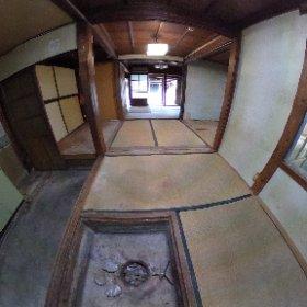 黒い家の「ダイドコ」  掘り炬燵がある座敷をL字に囲うように、土間の台所があります。