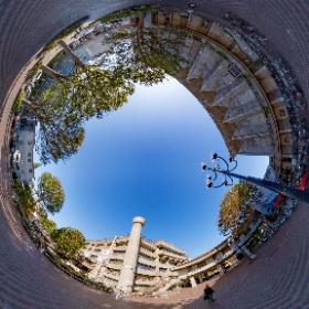 世田谷区役所の中庭でシータ。 区役所(棟がある建物)と区民会館は1959年竣工。 #theta360