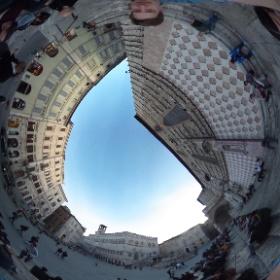 Am frühen Abend füllt sich die Piazza IV Novembre in der Altstadt von Perugia rasch mit Studierenden. #theta360 #theta360de