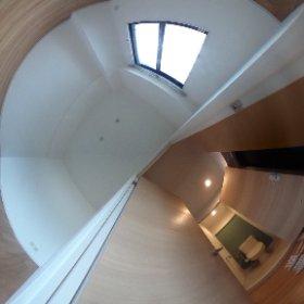 北側5.2畳の洋室。玄関、トイレ。