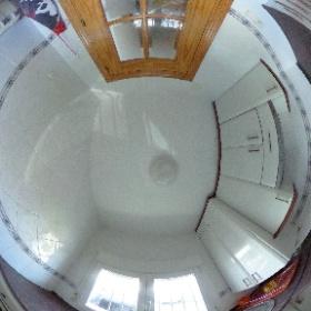 Cocina de la vivienda en Los Molinos. Se complementa con una pequeña despensa situada enfrente. La caldera de propano está integrada en un armario.