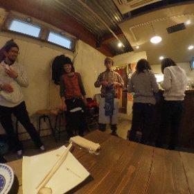 腰越食堂1周年パーティー。 友人家族と企画して作った前掛けをサプライズで贈呈!