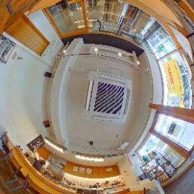 イサナブルーイング ブルワリー&ロースタリー [昭島] の360度パノラマ画像。  店内から醸造設備が見えて、ビールを飲むのがより楽しくなります。