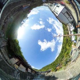 那須湯本の鹿の湯の前での全天球画像(色補正版)。入浴料400円とかなり安くいのがすばらしい。 #theta360