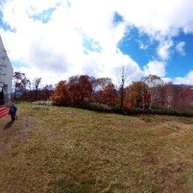 10/17パノラマリフト山頂からの眺め。 苗場山、神楽ヶ峰が眺望出来ます。  紅葉のドラゴンドラ~秋色空中散歩~ http://www.princehotels.co.jp/ski/naeba/dragondola/