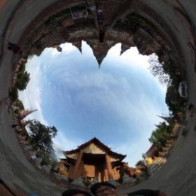 アユタヤで最後に行ったヤイ・チャイモンコン寺。好みの仏像(?)に袈裟をかけたりできる。