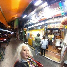 ゲネプロ終わってみんなでメシへ〜この時間に満席の人気店!!スターと言えど並ぶ・・・カニと麺がむっちゃ美味いらしい・・・楽しみ・・・