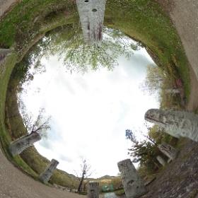 春の散歩道:ガーデン階段、石柱モニュメントの通路より #sakura3d