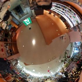 逗子の雑貨屋「舶来屋」ハクライヤの入り口から見たお店の中です。 雑貨屋や日常品が豊富でとても助かっています。ケーキの材料もそろっていて重宝していまーす!  ドイツ式カイロプラクティック逗子整体院です www.zushi-seiti.com  #theta360