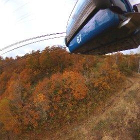 10/17(火)ドラゴンドラ山頂駅付近の紅葉。  紅葉のドラゴンドラ~秋色空中散歩~ http://www.princehotels.co.jp/ski/naeba/dragondola/