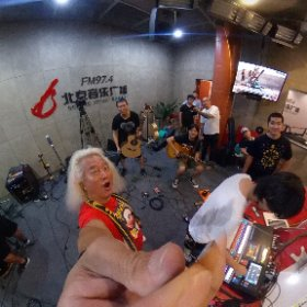 さすがに初めてやなぁ〜北京广播电台の生放送スタジオにバンドが入って生演奏生放送!(◎_◎;) 生放送なのでドラムのチューニングもサウンドチェックもへったくれもない!!DJが喋ってない時に静かにセッティングして泣いても笑っても17時から生放送!!
