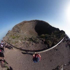 Cráter del Vesubio en la parte más alta del recorrido, que hemos subido a la carrera, 1h 15' para salvar los 300 m de desnivel de subida,lo bueno es que bajas corriendo por la pista de arena volcánica. #vesubio #volcan #crater #napoles  #theta360