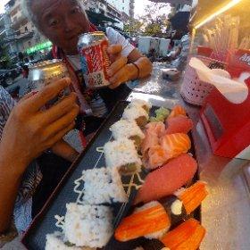 子守も終わったのでタカシに寿司を奢ってやってます!! ・・・と言っても近所のこの寿司屋台ですが(笑) https://www.facebook.com/750399899/posts/10157612184929900/?d=n この盛り合わせで5ドルはやっぱ安いな!!