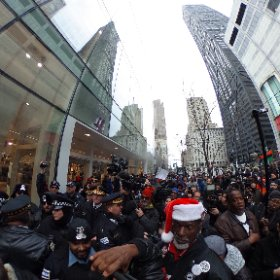 360 pano of scuffle in front of H&M between CPD and protesters trying to block entrance