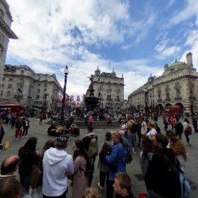 Piccadilly Circus à Londres, au milieu La Fontaine surmontée de la statue d'Eros