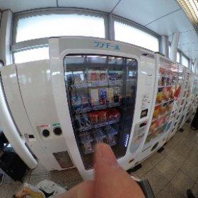 個人的メモ:日暮里駅から成田に向かうスカイライナー1番線にはコンビニはないけど、待合室内にアイスやジュース、アルフォートなんかが入ったブルボンの自販機がある。ブルボン自販機はSuica使えないw