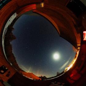 Samedi 24 mars 2018 au Pavillon d'astronomie Velan du Domaine St-Bernard à Tremblant.  Nous (Pierre Paquette de @AstronomieQcMag et Michel Renaud) sommes témoins de piliers de lumières causés par des cristaux de glace. Premier quartier de Lune surexposé.