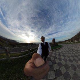 青森県の龍飛崎から小泊方面へ。 峠から見える日本海に沈みかけた夕陽がキレイです。 おっさんは汚いけど。 たまには、360viewで! #theta360
