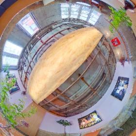 Mikkeller Tokyo [渋谷] 2階 の360度パノラマ画像。  2階はテーブル席でゆったりした時間が過ごせます。 昼間は窓から光が入って気持ちいい。