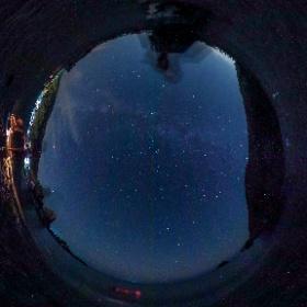 夏の海岸の星空。海中には夜光虫の群れが。 #theta360