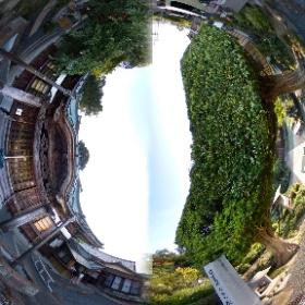 掛川市本勝寺の本堂と木の門の360度写真を、1枚の360度写真にまとめました。特にこの寺の木の門が立派です。 #theta360