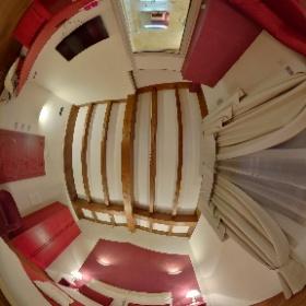 La suite, dedicata a Montalcino, ha una camera con letto matrimoniale o due singoli e un angolo con due poltrone. La camera dispone di tutti i comfort, dalla domotica ai sistemi audio-video, minibar, cassaforte e tende oscuranti.