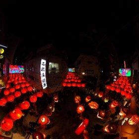 【長崎ランタンフェスティバル】中華街ランタンを見下ろしてみた。ランタンフェスティバルは長崎に住む華人が旧正月を祝う祭りを長崎新地中華街で行っていた春節祭という祭りが1994年より長崎市全体でのイベントとなり、中華街以外の場所にも中国提灯(ランタン)が飾られるようになりました。   #theta360