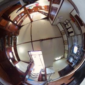 Cozinha e biblioteca do Veleiro Pangeia