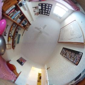 Dormitorio 3: Dos camas,  ventilador,  mesa de estudio. Exterior.