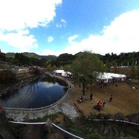 かんむり嶽参りにて。望嶽亭からの眺めです。雨は降っていませんが、芝生は水を含んでいます。 #theta360