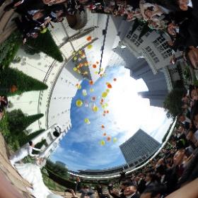t_emcee様「ウェディングバルーン」 鐘の音とともに一斉に空へ舞い上がる風船が深く印象に残る結婚式でした。 #theta360