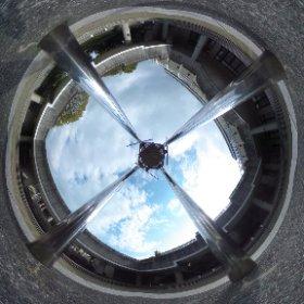 松山市コミセン企画展示ホールの中庭でパノラマ撮影しまTHETA。真上にヘンテコなモビール?オブジェ?がゆらゆらくるくる。