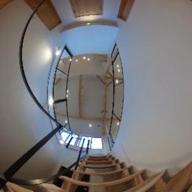 ナチュレ警弥郷 外断熱の家2号地 玄関ホール 2階LDKに続く開放的な空間 吹き抜けがある玄関ホールは、杉の無垢板のストリップ階段とオリジナルアイアン手すりが開放感をより演出している。 杉の香りもいいんです(^^