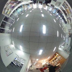 同志社大学東京オフィス 会議室前から360℃  書棚とソファのあるラウンジ、PCや個別ブースがある学生コーナーなど多機能を備えたオフィスです。