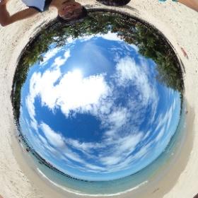 お年を召した観光客が多めの静かなビーチ